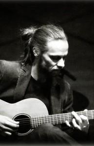 Foto von Aaron Christ mit Gitarre